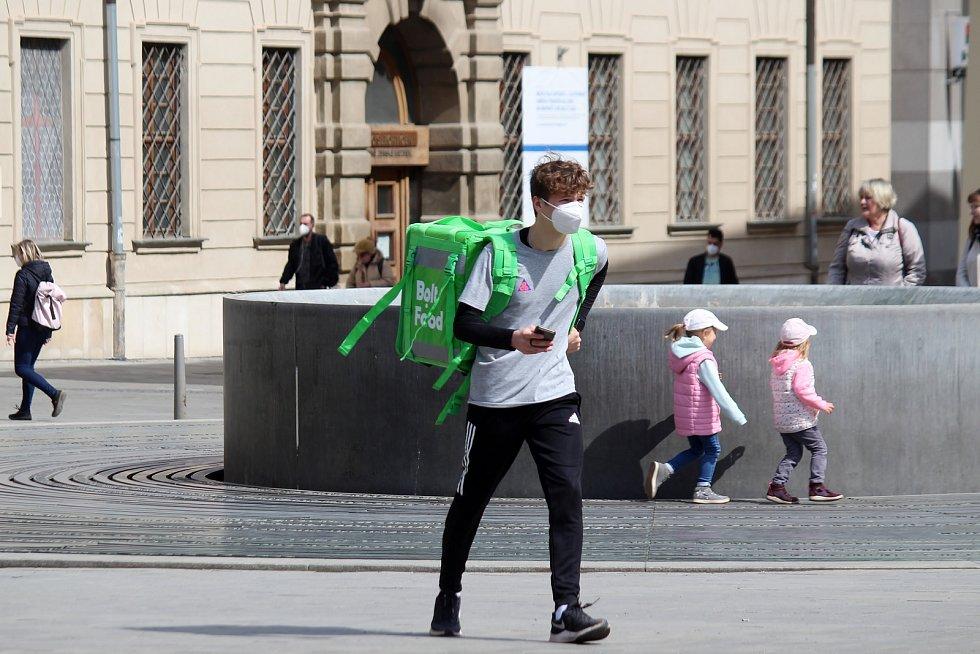 Někteří lidé na brněnském náměstí Svobody v sobotu odpoledne nošení respirátoru dodržovali, jiní se pohybovali bez něj.