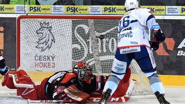 Čtvrté utkání mezi Kometou Brno v bílém a Hradcem Králové - Martin Zaťovič dává první gól.
