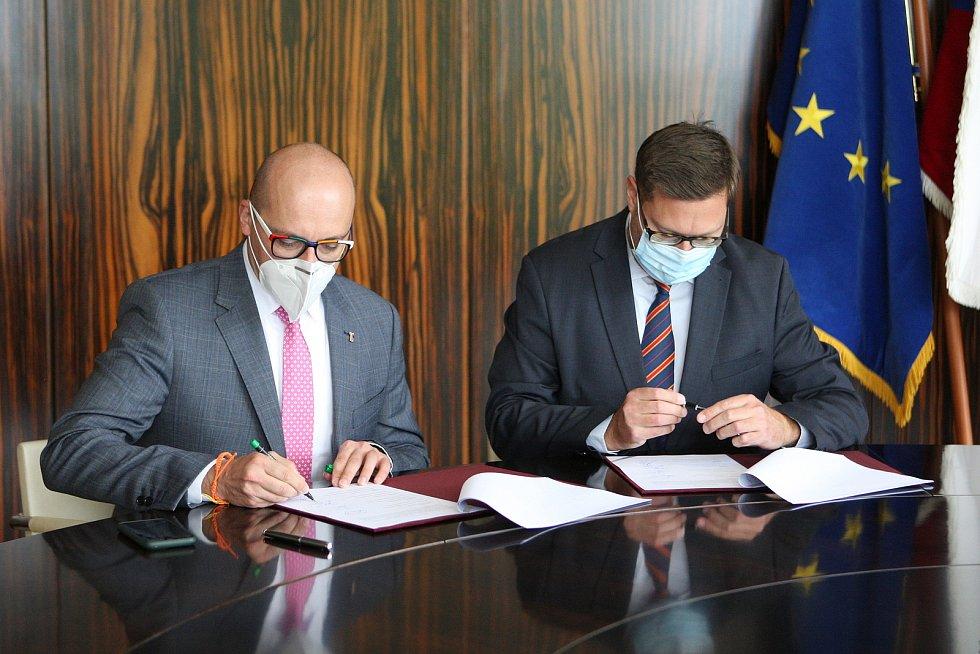Brno 14.10.2020 - podpis koaliční smlouvy ve vile Tugendhat - zleva František Lukl a Jiří Nantl