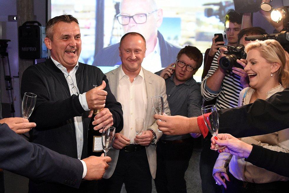 Takto slavilo brněnské ANO (na snímku vlevo dosavadní primátor Petr Vokřál) volební úspěch a vítězství v Brně. Nyní jim zhořkne.