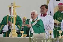 Papež slouží mši svatou na brněnském letišti.