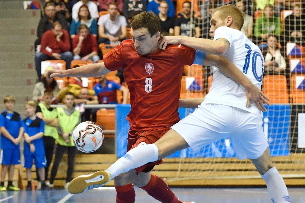 Brno 2.2.2020 - kvalifikační turnaj na futsalové MS 2020 - ČR Matěj Slováček (červená) Slovinsko Alen Fetič (bílá)