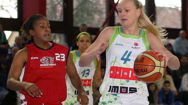 Basketbalistky Imosu Brno (v bílém) podlehly Nymburku i podruhé, tentokrát 64:74. Jediná porážka je dělí od vyřazení z play off.