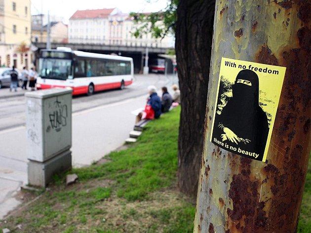 Protiislámské letáky u brněnského nádraží.