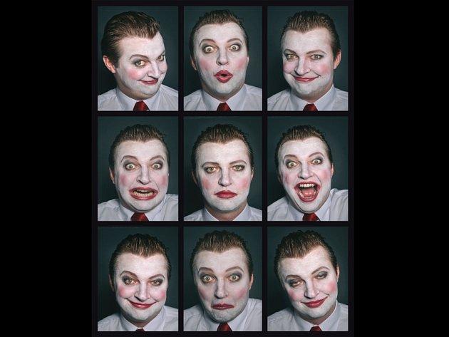 """Divadelní plakát poutající na inscenaci zachycuje Čičikova (Michala Isteníka) v různých gestických polohách, jež ruský šlechtic uplatňuje při získávání """"duší"""" mrtvých nevolníků."""