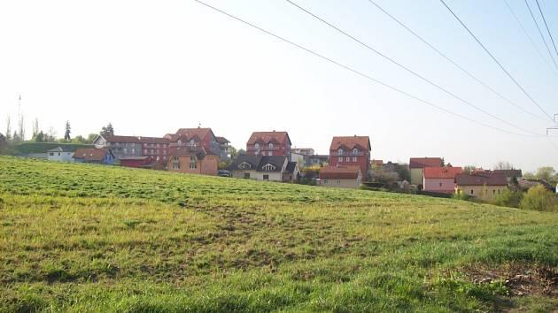 Pole v Černovicích Na Kamenkách, kde se má stavět nové sídliště.