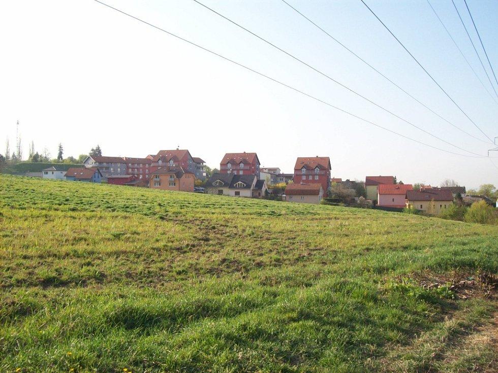 Pole v Černovicích Na Kamenkách, kde se má stavět nové sídliště. Ilustrační foto.