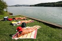 Nudisté na brněnské přehradě.