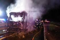 Noční požár nákladního auta zastavil provoz na 204. kilometr dálnice D1 ve směru na Brno.