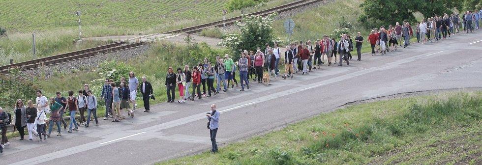 Lidé si připomínají Brněnský pochod smrti. Poprvé jdou opačným směrem.