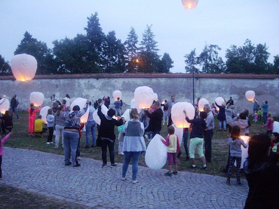 Po vrácení Slovanské epopeje do Prahy pouštěli Krumlovští do oblak balony přání.