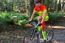 Tomáš Pelc jezdí mistrně na koloběžkách.