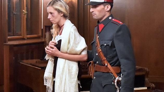 Netradiční prohlídka vrátila v sobotu večer návštěvníky vládní vily v brněnských Pisárkách o sto let zpátky do minulosti. Řešili detektivní případ.