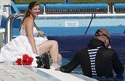 Dívky ve svatebních šatech pod vodou? Návštevníci koupaliště ve Zbýšově na Brněnsku mohli v úterý přihlížet netradičnímu focení, které měl na starost profesionální fotograf Karel Fiala.