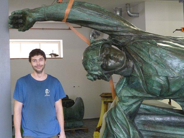 Obrovská bronzová socha se přesunula na generální prohlídku do ateliéru v Buštěhradu u Kladna loni.