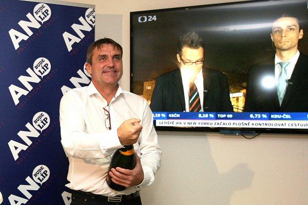 Petr Vokřál otevírá vítězné šampaňské.