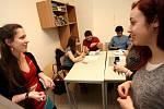 Redaktorka Deníku Rovnost Klára Čápová (vlevo) si na den vyzoušela práci tutora, který pomáhá studujícím cizincům.