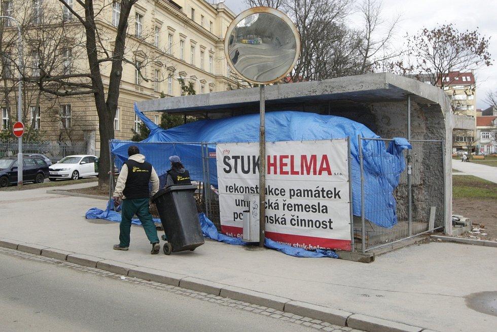 Oprava funkcionalistické zastávky na Obilním trhu. Snímek z února 2016.