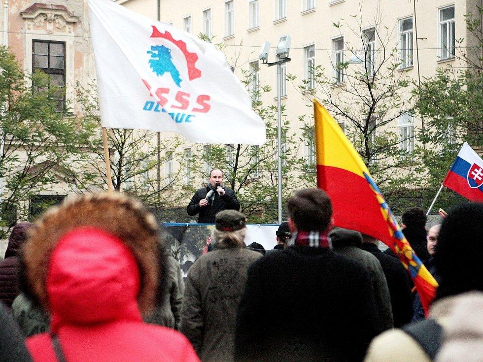 Shromáždění příznivců Dělnické strany sociální spravedlnosti sedmnáctého listopadu v Brně. Po úvodních projevech vůdčích členů na Moravském náměstí se vydaly desítky příznivců strany v průvodu s transparenty směrem k Malinovskému náměstí.