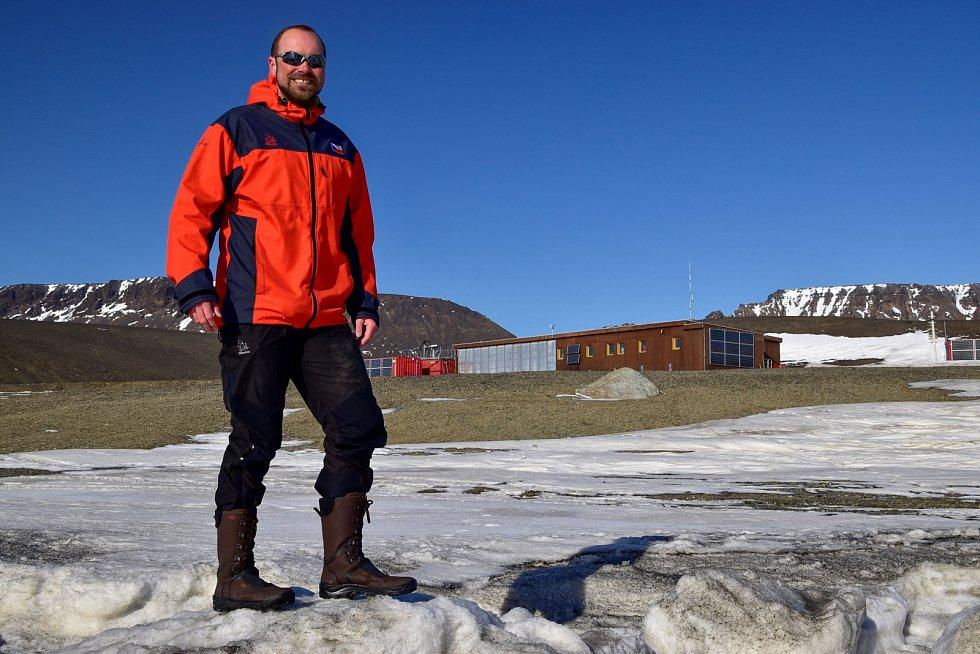 Náčelník stanice při testu protiskluzových podrážek, který se realizoval v poli ledových ker, které moře naplavilo na pláž před základnou.