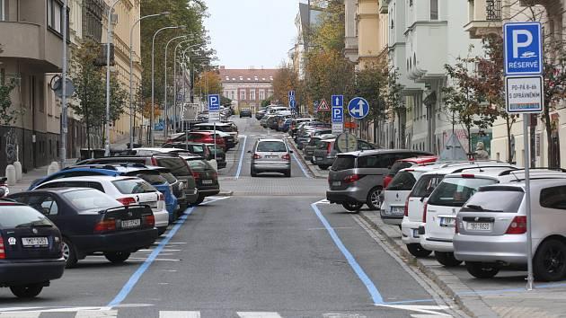 Univerzity řeší parkovací místa. Kvůli modrým zónám