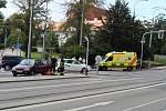 Při nehodě osobního auta a motorky se zranil ve čtvrtek dopoledne v brněnské ulici Koliště jeden člověk.