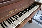 Na kuřimském vlakovém nádraží lidé nově najdou klavír Petrof z roku 1948, na který si budou moct zahrát.