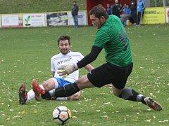 Fotbalisté Bosonoh (v bílém) se po pátém místě v předcházejícím ročníku krajského přeboru nyní krčí na spodku tabulky. Poslední dvě utkání se však přiblížili k jarním výkonům, naposledy zdolali v předposledním zápase podzimu Vojkovice 4:0.