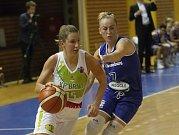 Basketbalistky KP Brno v úvodním zápase EuroCupu prohrály doma s německým Wasserburgem jednoznačně 51:73. Na snímku Beránková a Okockyleová.