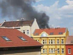 Vysokozdvižný vozík na nákladním autě začal hořet v sobotu kolem třetí hodiny odpoledne v brněnské ulici Dornych.