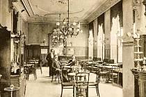 Historický snímek interiéru kavárny hotelu Grand. Brňané ale první filmové záběry zhlédli v Maurském sále.