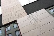 Fasádu domu v brněnské Kozí ulici zdobí genetický kód.