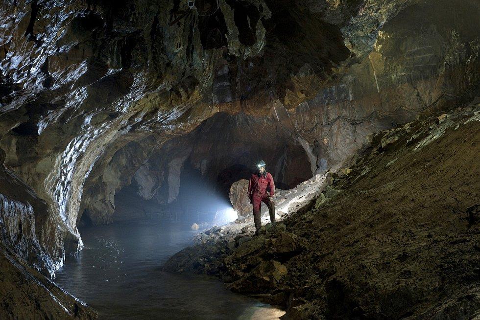 Speleolog Petr Zajíček na vypuštěné vodní plavbě vPunkevních jeskyních.