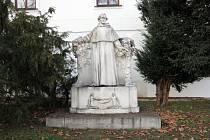 Socha zakladatele genetiky Johanna Gregora Mendela v Brně na Mendelově náměstí.