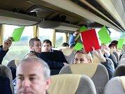 Hlasování jihomoravských lídrů pomocí karet v politickém kvízu.