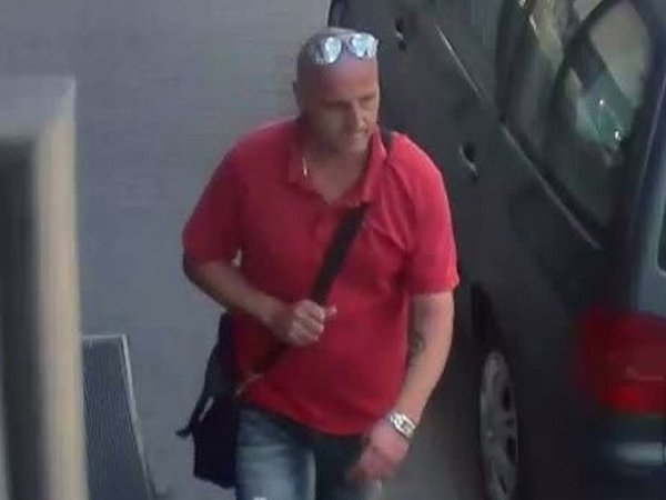 Pachatel, který vyhrožoval nožem a odnesl si peníze.