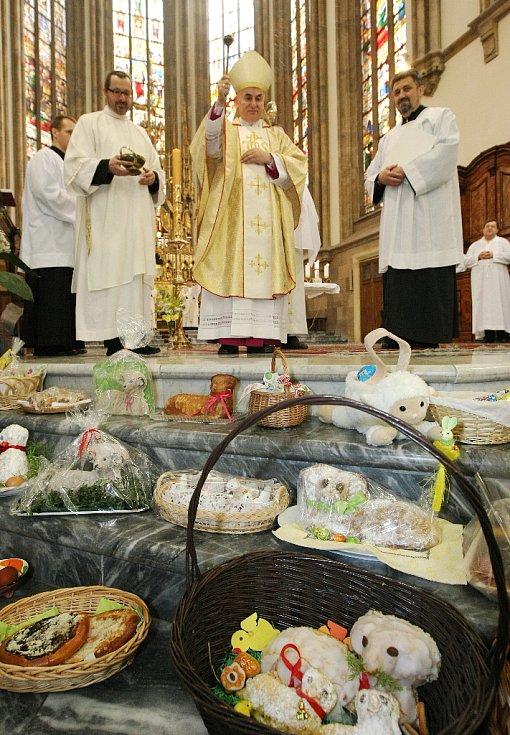 Stovky věřících přišly oslavit vzkříšení Ježíše Krista v neděli na brněnský Petrov. V katedrále svatého Petra a Pavla se uskutečnila slavnostní mše. Vedl ji brněnský biskup Vojtěch Cikrle.
