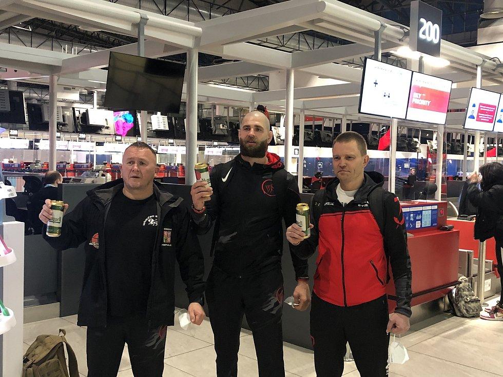 Odlet Jiřího Procházky a jeho trenérů Jaroslava Hovězáka a Martina Karaivanova z Prahy na UFC do Las Vegas.