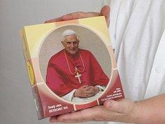 Věřící na tuřanském letišti si budou moci koupit krabici oplatků s papežovou fotografií.