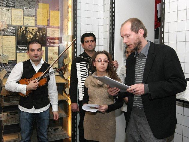 Před devětašedesáti lety je nacisté nahnali na brněnská jatka a odtud odvezli do Osvětimi. Prvním transportem do vyhlazovacího tábora odjelo na začátku března 1943 na tisíc Romů. Jejich památku přišli uctít lidé do brněnského muzea romské kultury.