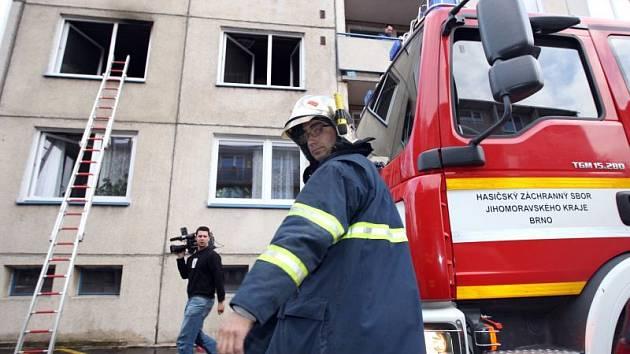 Obyvatelka bytu zůstala v době požáru uvnitř bytu a hasiči se k ní nemohli dostat. Proto zvolili přístup do hořícího bytu oknem.