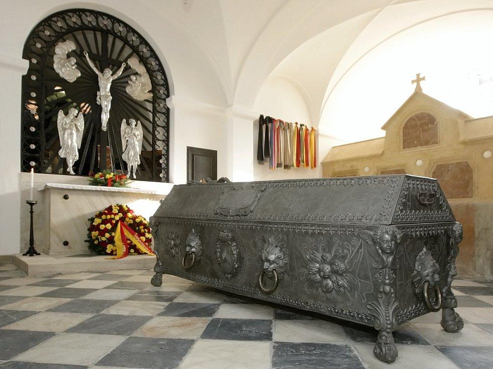 Už je tomu devět let, co naposledy lichtenštejnský kníže Hans Adam II. zavítal do Vranova u Brna. Ve středu přijel znovu, aby se podíval na výsledek tříleté rekonstrukce rodinné hrobky.