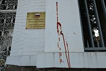 Zeď Generálního konzulátu Ruska v Brně někdo v noci na 23. dubna 2021 postříkal kečupem.