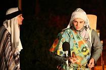 Ochotničtí herci připravili na Tuřanském náměstí vánoční představení - živý betlém.