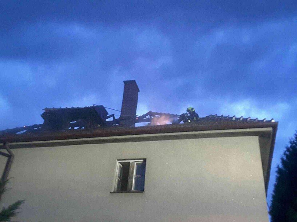 Požár střechy domu v brněnské Barvičově ulici.