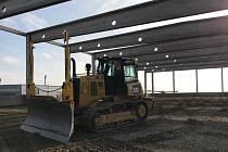 Symbolický akt poklepání na základní kámen v pondělí oficiálně uvedl do povědomí novou moderní budovu DHL express v průmyslovém komplexu v Tuřanech. Hala tak nahradí staré letecké hangáry pro úschovu letadel.