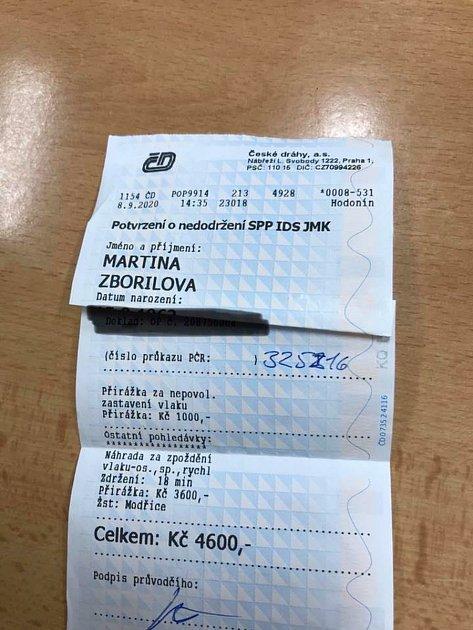 Přes čtyři a půl tisíce korun musí za zastavení a zdržení vlaku zaplatit Martina Zbořilová.