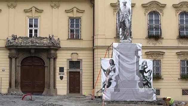 Opravované Dominikánské náměstí v Brně s maketou sochy Josefa II. Lidem se nápad nelíbil.