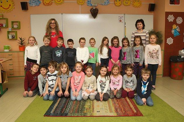 Focení prvňáčků vZŠ Milénova vBrně. Na fotografii třída 1.Astřídní učitelkou Soňou Dočekalovou (vlevo) a asistentkou Martinou Pospíšilovou (vpravo).