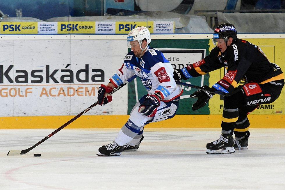 Domácí HC Kometa Brno v bílém (Ondřej Němec) proti HC Litvínov. 47bb3822d9